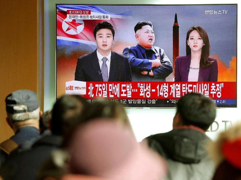 Foto: Momen Kim Jong Un Teken Perintah Peluncuran Rudal Korut