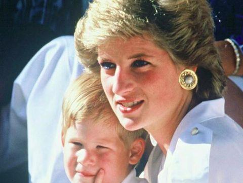 Ikuti Jejak Putri Diana, Pangeran Harry Berjalan di Ladang Ranjau
