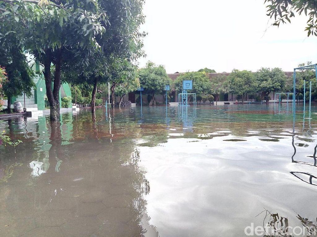 Sekolahan di Solo dan Sukoharjo Kebanjiran, Siswa Diajak Kerja Bakti