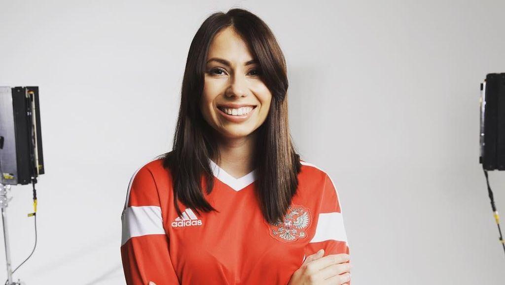 Maria Komandnaya: Wartawan Cantik Host Drawing Piala Dunia 2018