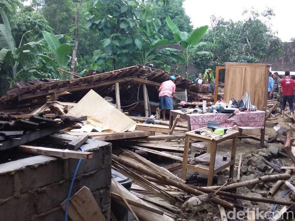 Rumah Warga di Semarang Roboh Disapu Angin Kencang