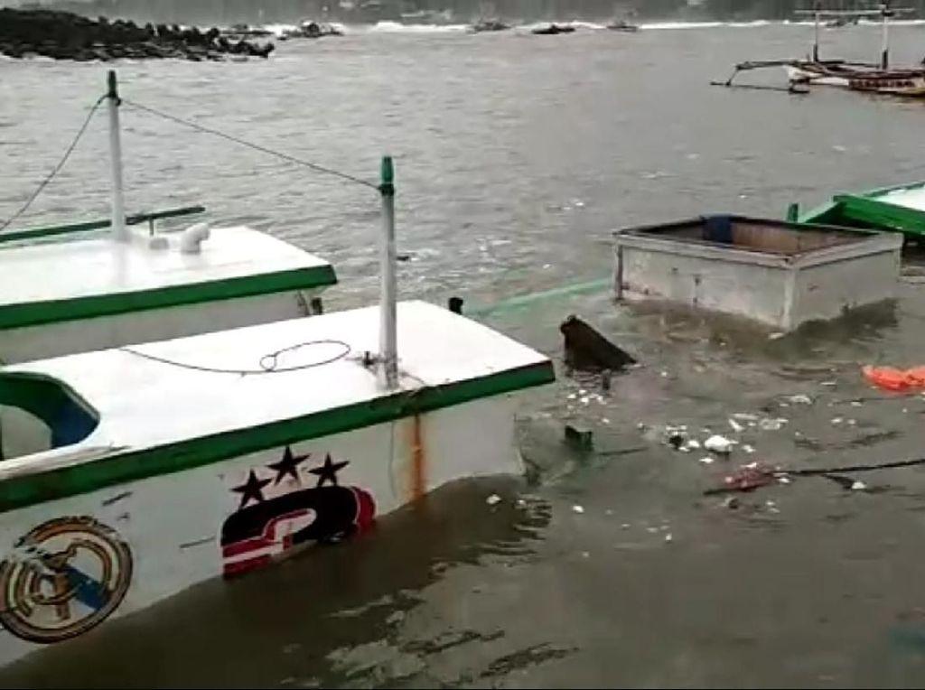 Ngeri! Amukan Ombak Palabuhanratu Rusak Perahu dan Warung