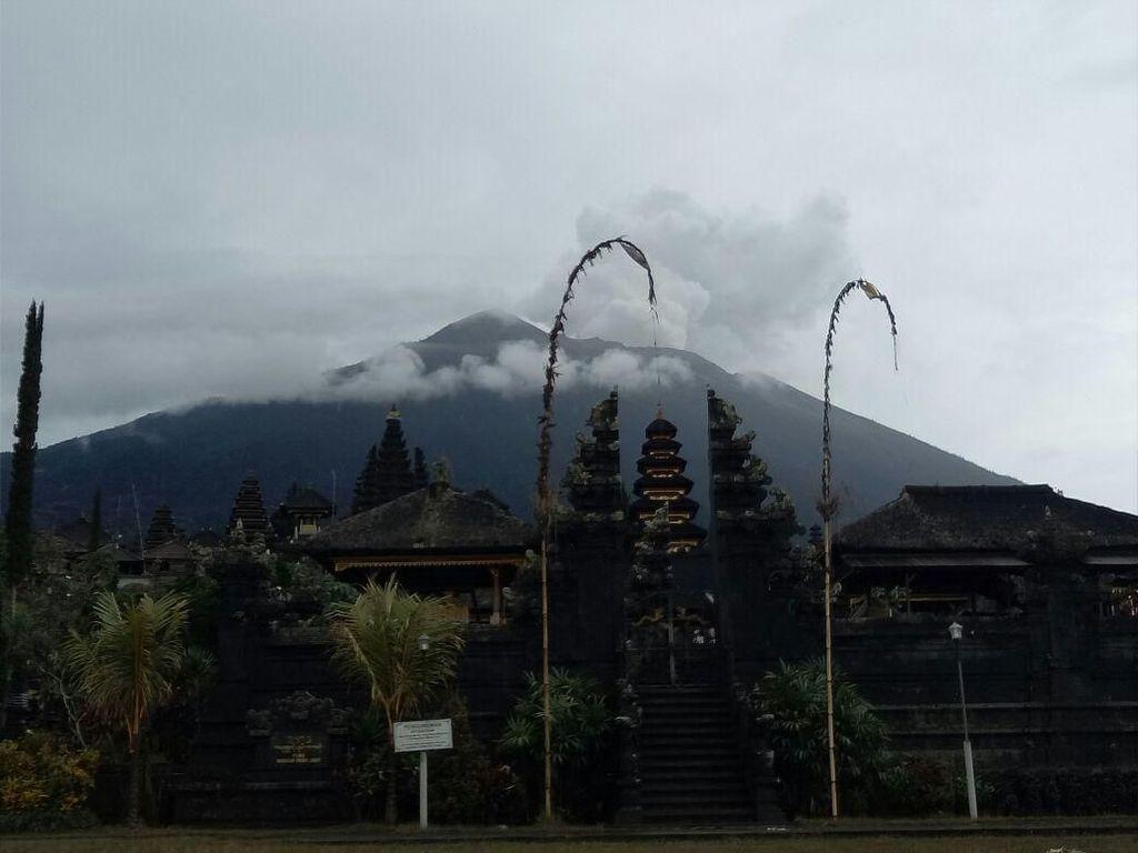 Foto: Lengangnya Pura Besakih di Radius 6 Km dari Gunung Agung