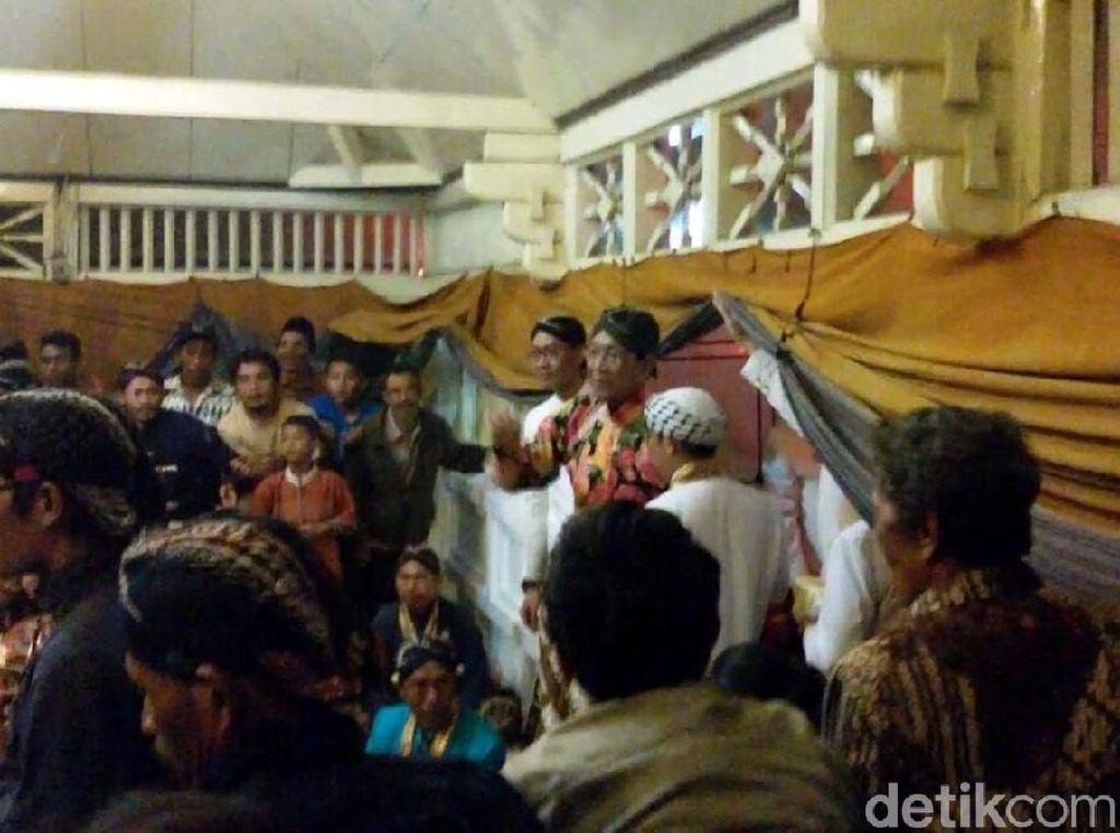 Ribuan Warga Berebut Uang Logam yang Disebar Sultan HB X