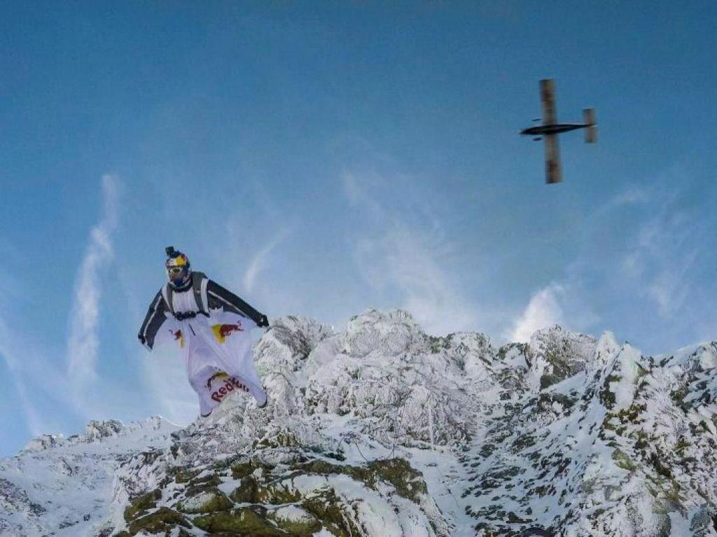 Foto: Atraksi Bahaya, Terjun Masuk ke Pesawat di Ketinggian 4.000 Meter