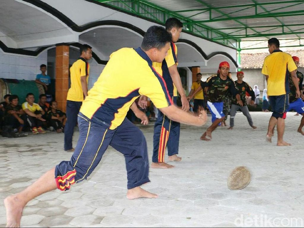 Peringati Maulid Nabi, Warga Kebumen Gelar Sepak Bola Durian