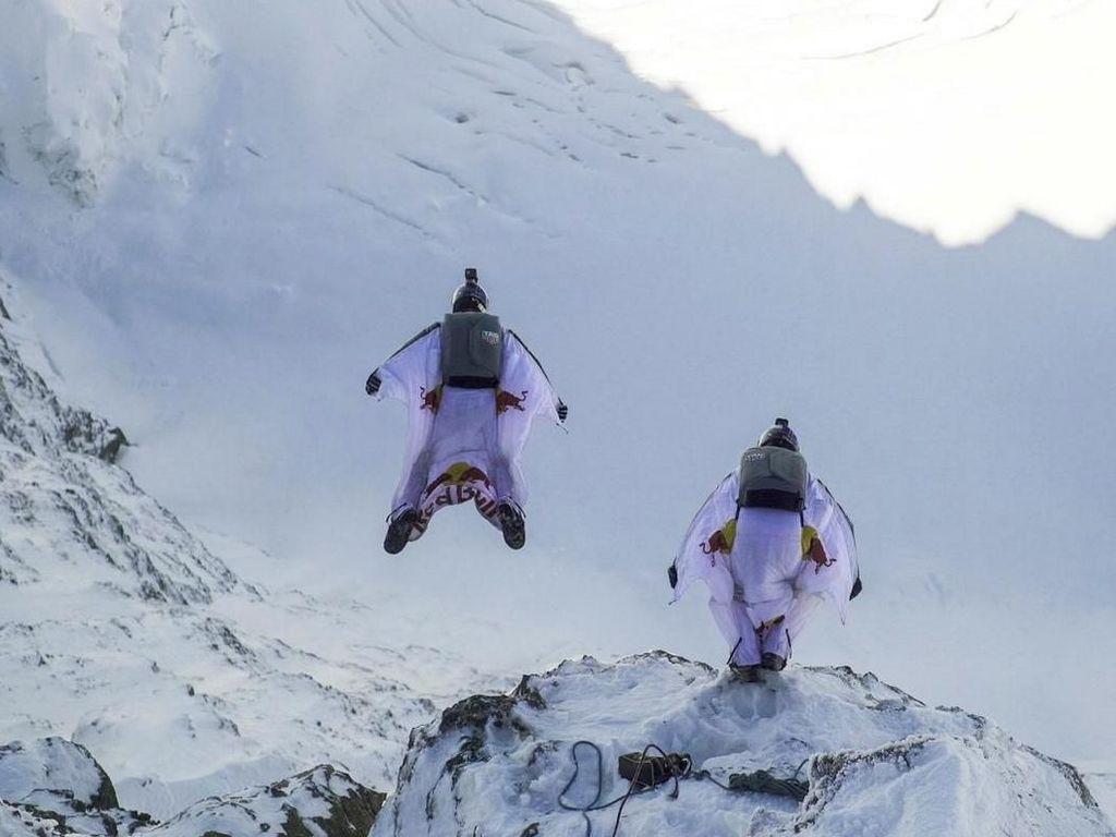 Atraksi Keren Penerjun Payung dan Wingsuit