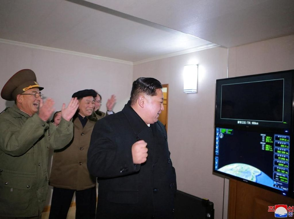 Foto: Ekspresi Bahagia Kim Jong-Un Berhasil Luncurkan Rudal Balistik