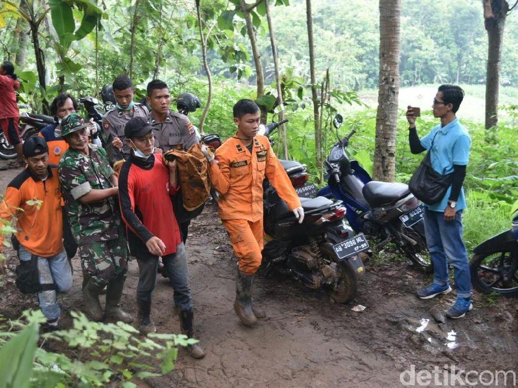 Foto: Evakuasi 2 Korban Longsor di Kulon Progo