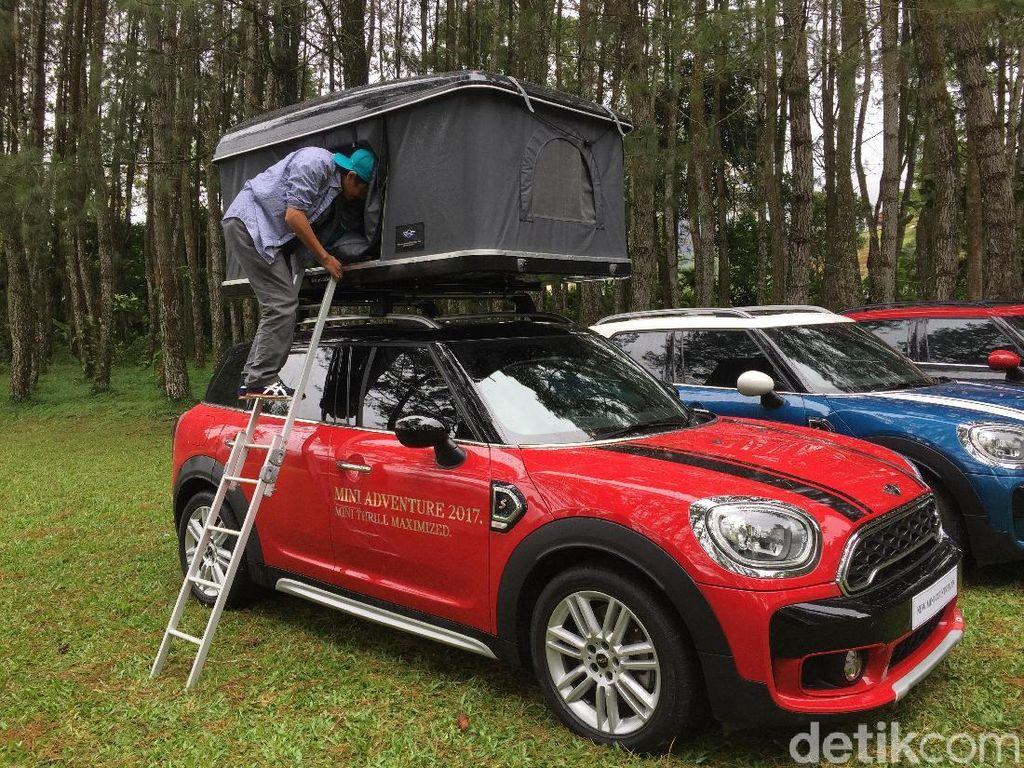 Asyik, Tiduran Dalam Kemah di Atap Mobil