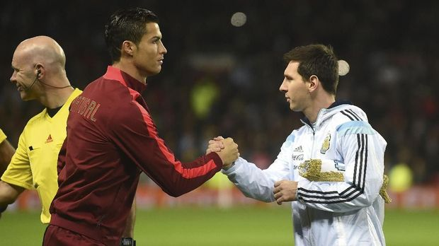 Argentina striker Lionel Messi (R) shakes hands with Portugal's striker Cristiano Ronaldo (L) ahead of kick off of the international friendly football match between the Argentina and Portugal at Old Trafford in Manchester on November 18, 2014. AFP PHOTO / PAUL ELLIS / AFP PHOTO / PAUL ELLIS
