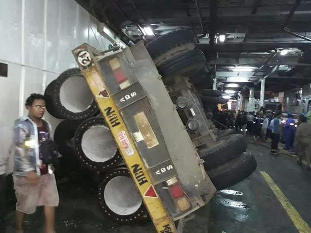 Truk-truk Sempat Terguncang dan Terguling di Kapal Pelabuhan Merak