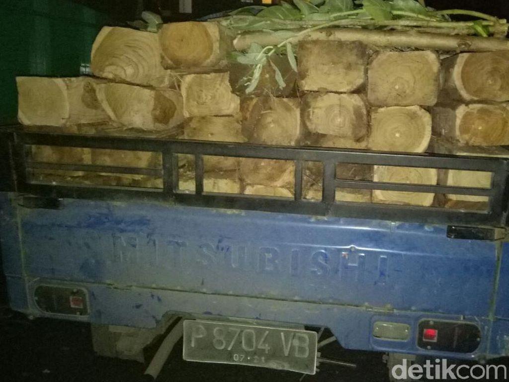 Pikap Muat Puluhan Kayu Jati Ilegal di Situbondo Ditangkap Polisi