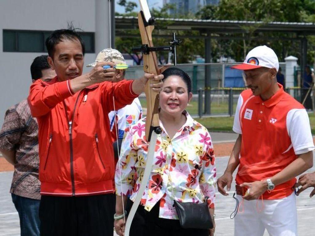Jokowi Unjuk Kebolehan Memanah di Depan Titiek Soeharto