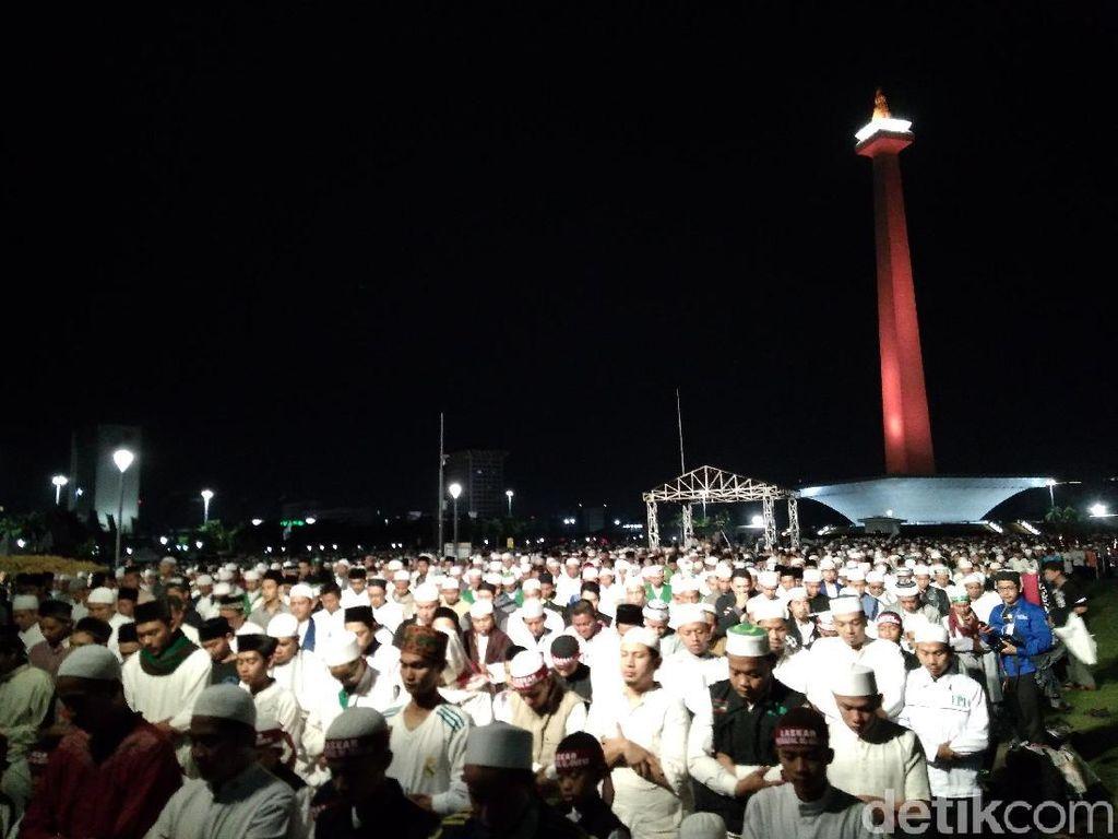 Foto: Massa Reuni 212 Salat Subuh Berjamaah di Monas