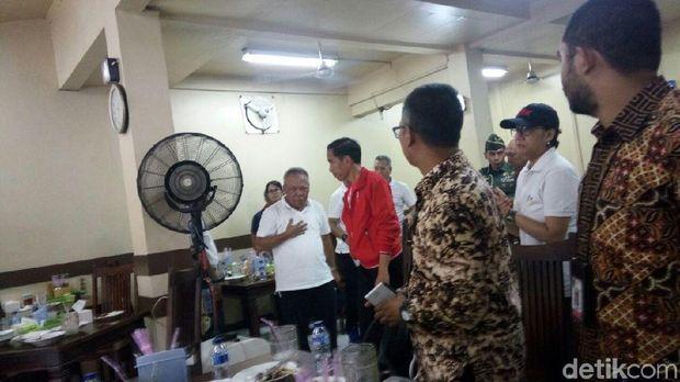 Jokowi dan Menteri PUPR berbincang usai makan siang.