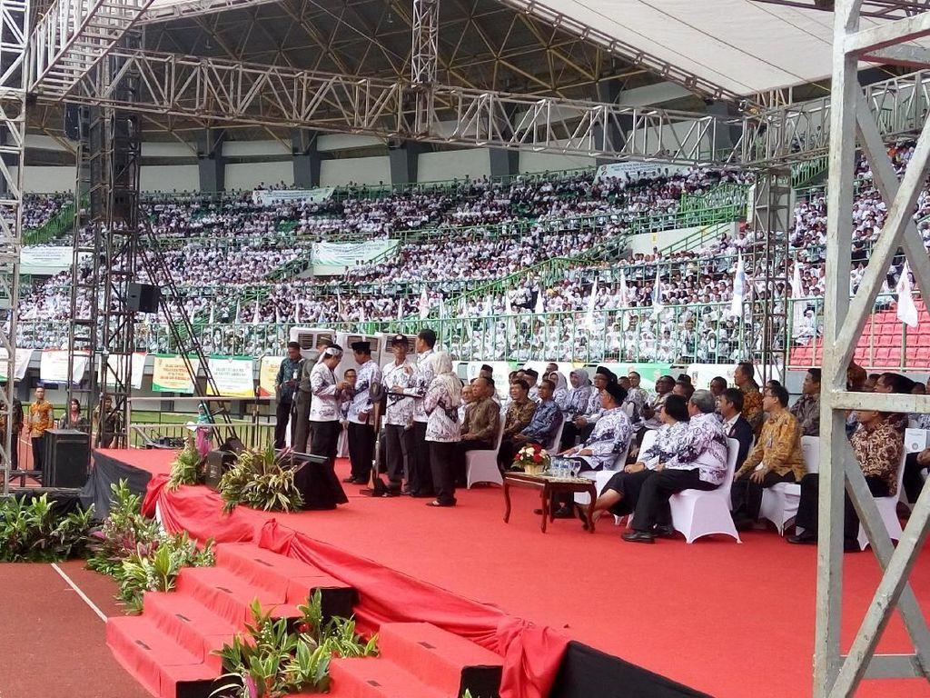 Foto: Momen Jokowi Hormat Bungkukkan Badan di Hadapan Para Guru