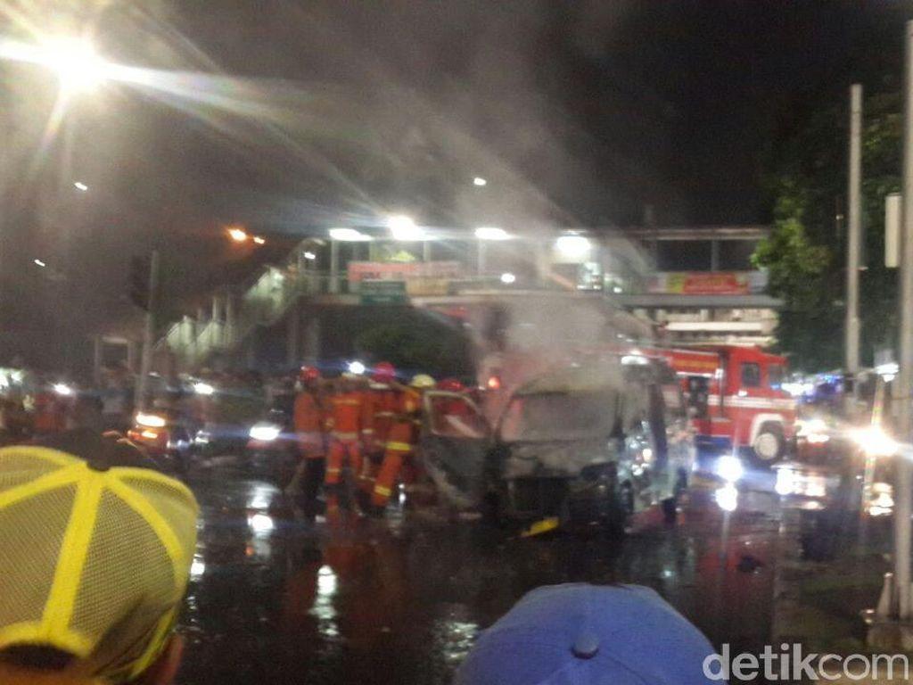 Mobil Angkot Terbakar Hangus di Dekat Stasiun Jatinegara