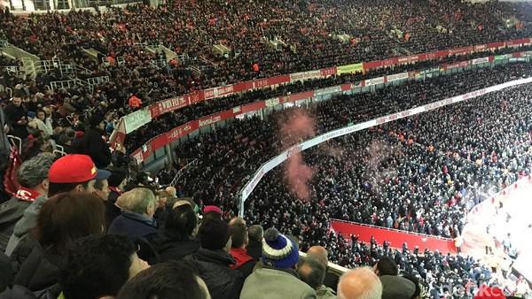 Gemuruh Fans MU di Dinginnya Emirates Stadium