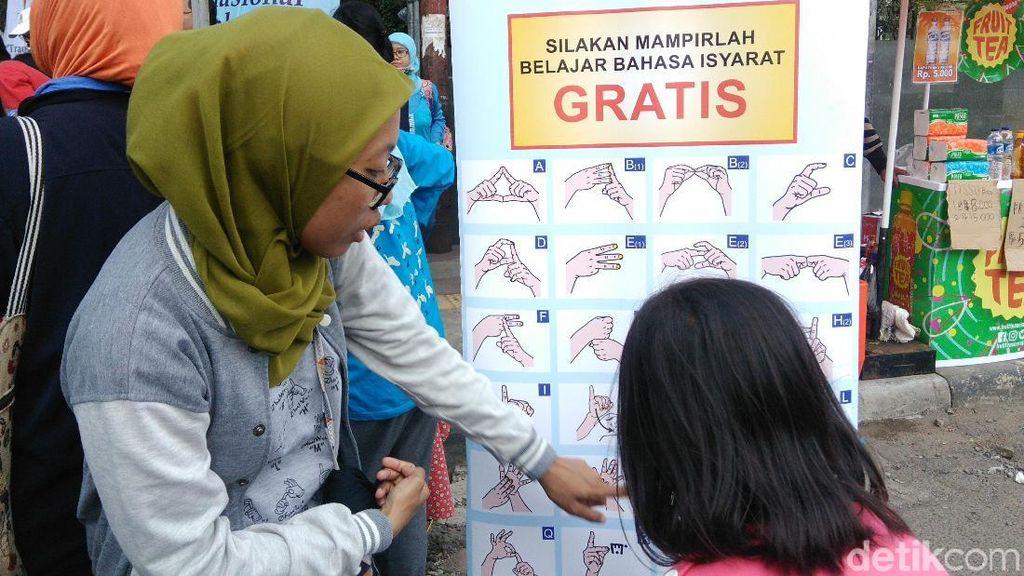 Foto: Saat Kaum Difabel Bantu Ajarkan Bahasa Isyarat