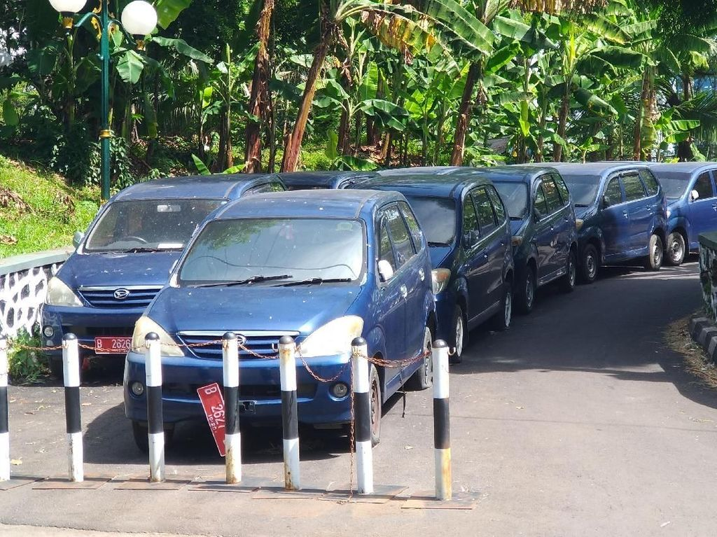 Penampakan Deretan Mobil Dinas yang Telantar di Kompleks DPR