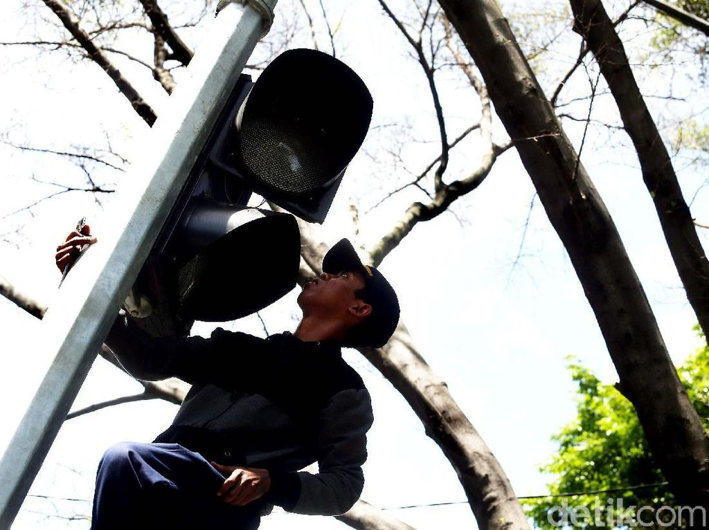 Perbaikan Lampu Lalu Lintas di Jalan Diponegoro