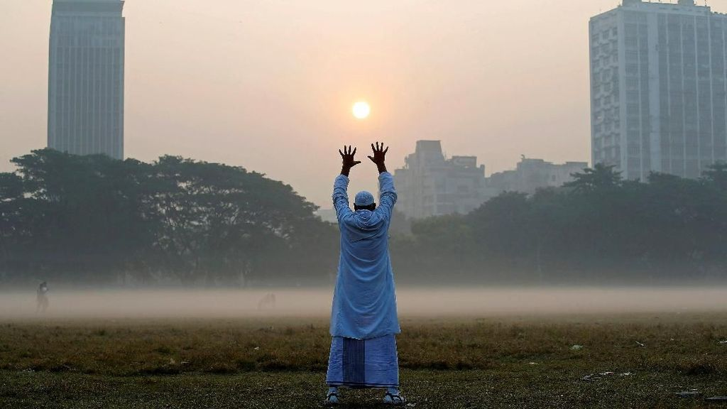 Foto: Aktivitas Warga India di Pagi Berkabut Saat Musim Dingin