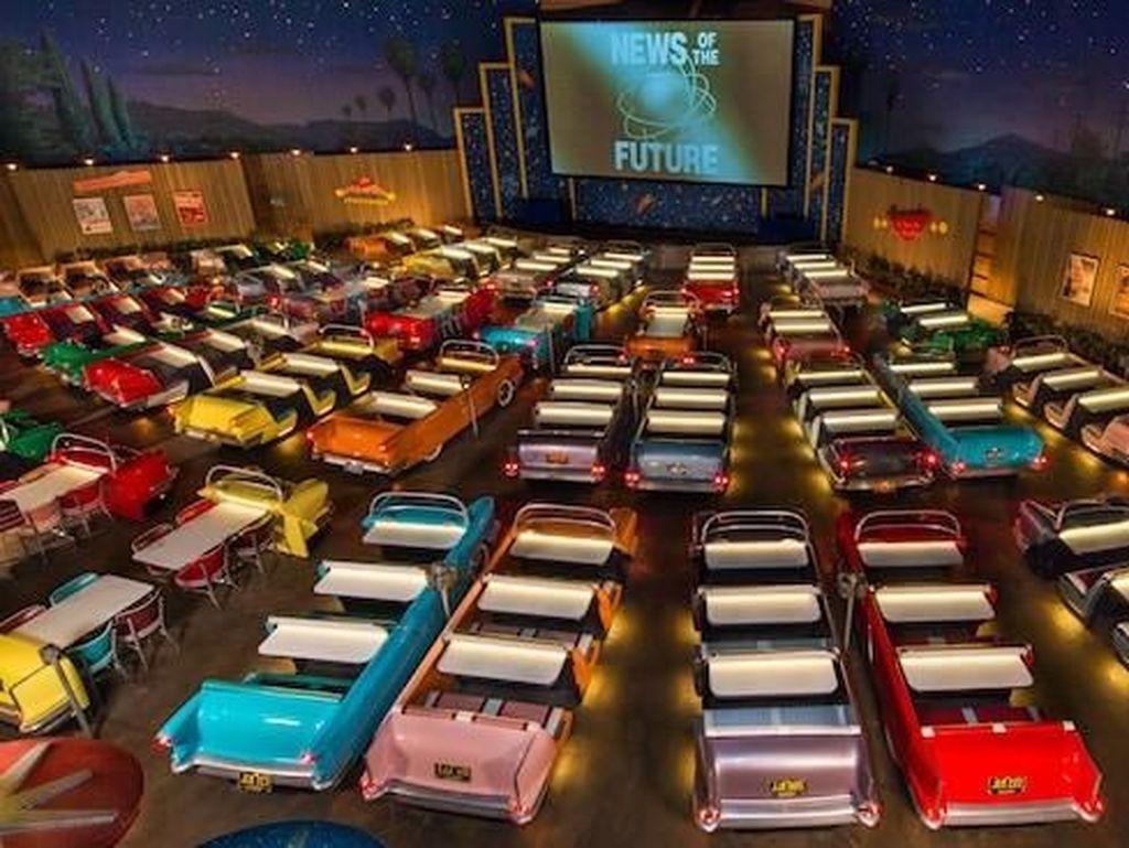 Nostalgia! Disneyland Bikin Bioskop Mobil Ala Layar Tancap