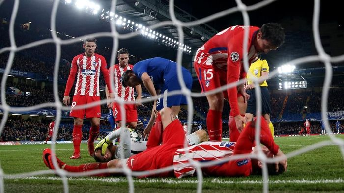 Soccer Football - Champions League - Chelsea vs Atletico Madrid - Stamford Bridge, London, Britain - December 5, 2017   Atletico Madrids Jan Oblak goes down injured after making a save from Chelsea's Alvaro Morata    Action Images via Reuters/Paul Childs