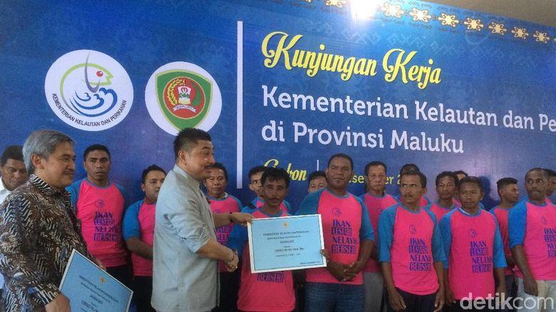 KKP Bagi-bagi 134 Kapal Ikan ke Nelayan di Maluku