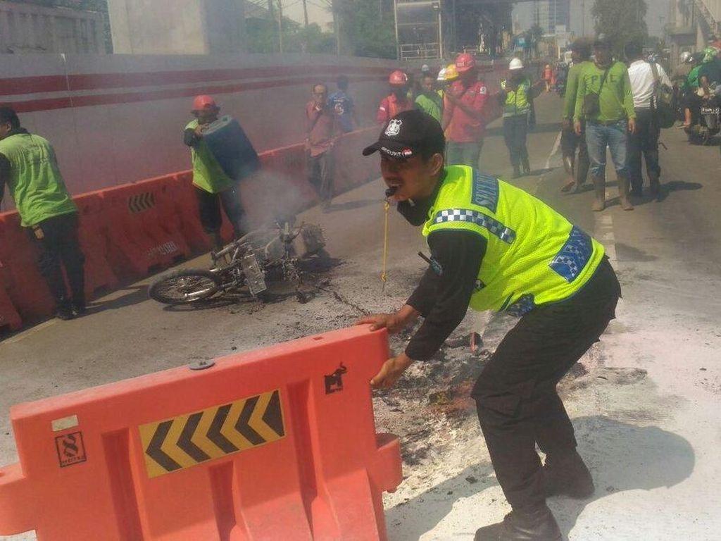 Motor Hangus Terbakar di Jl MT Haryono Arah Pancoran