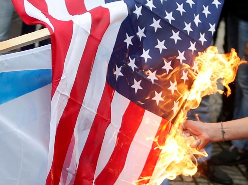 Foto: Warga Palestina Bakar Bendera AS dan Israel di Gaza