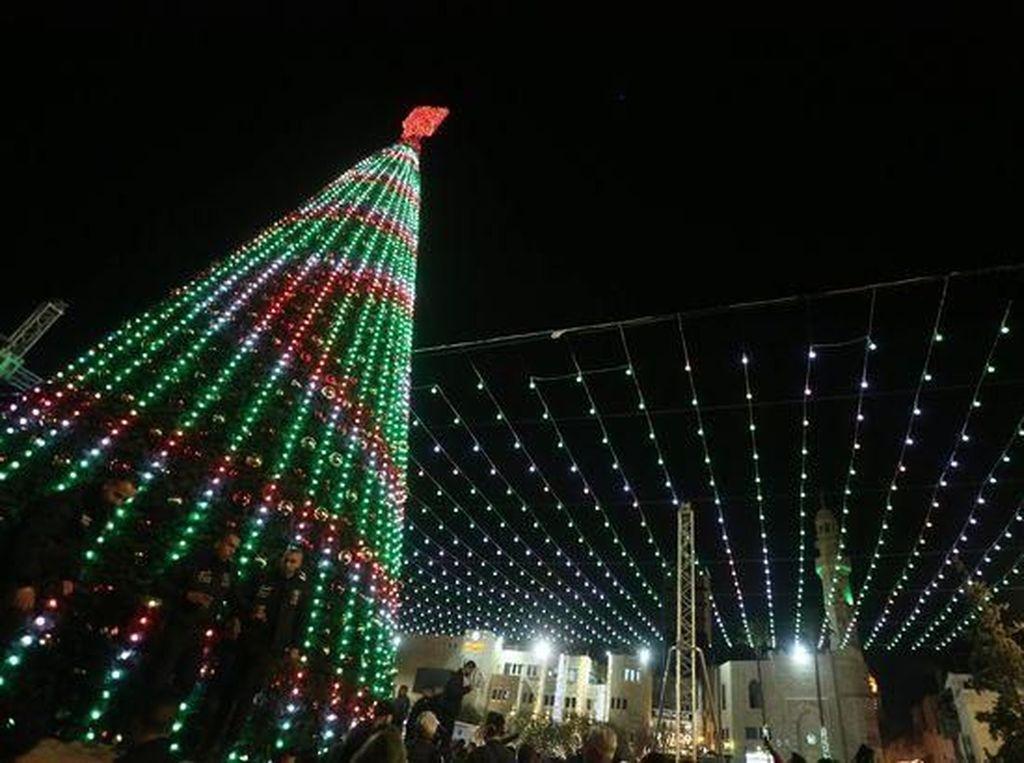 Foto: Protes Trump, Palestina Matikan Lampu Pohon Natal di Bethlehem