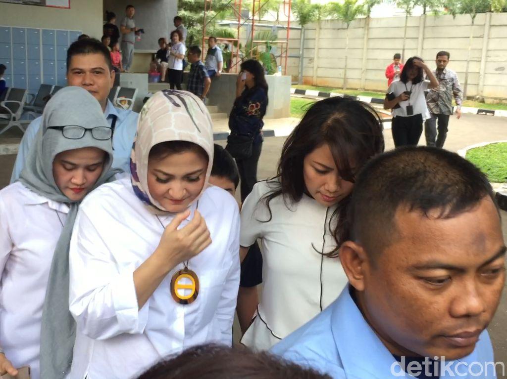 Momen Istri dan Anak Jenguk Setya Novanto di Rutan