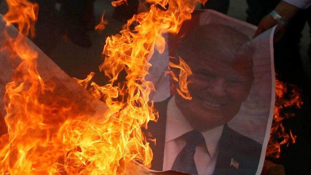 Foto Trump Dibakar dan Diinjak-injak di Gaza