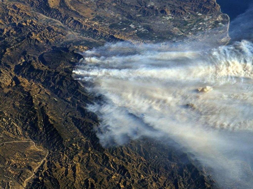 Ganasnya Asap Kebakaran Hutan AS Difoto dari Luar Angkasa