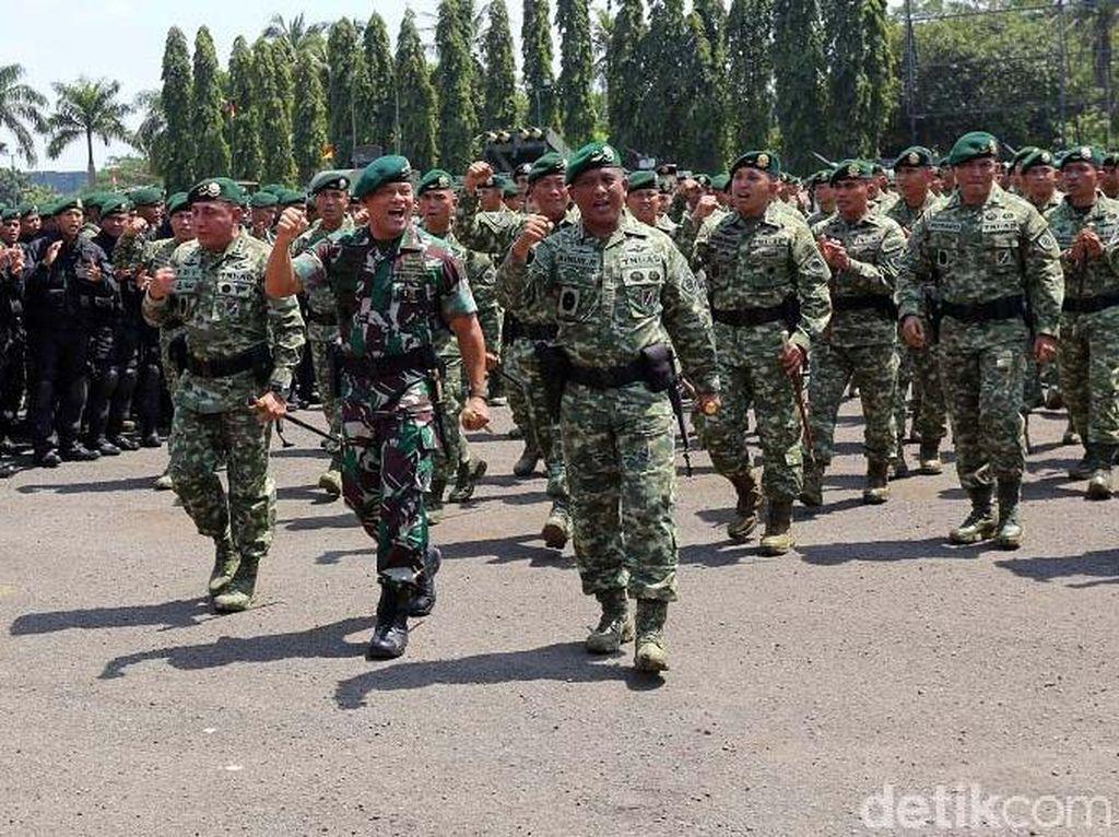 Foto: Berpamitan, Panglima TNI Salami Prajurit Kostrad