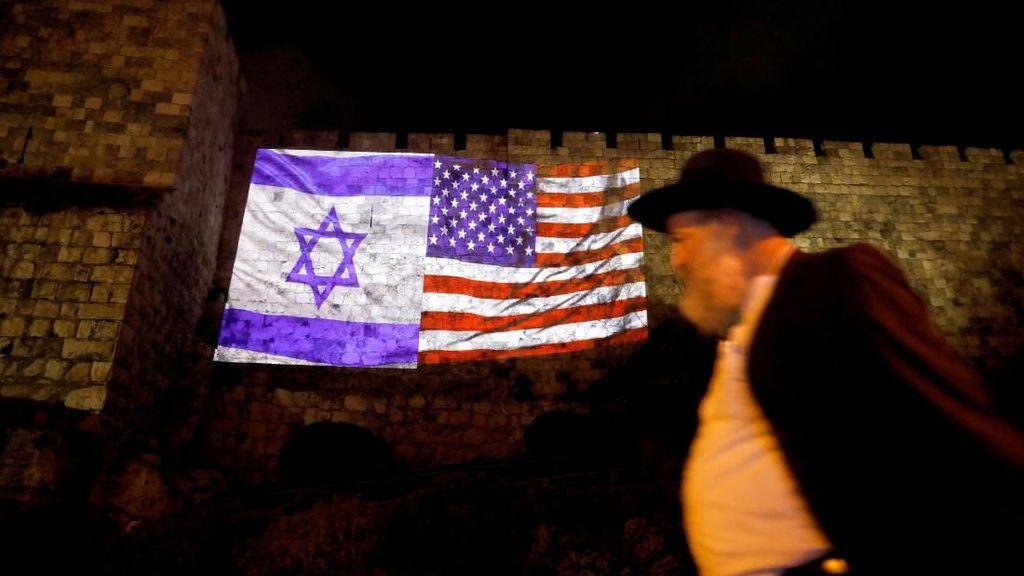 Foto: Bendera AS dan Israel yang Menyatu di Tembok Yerusalem