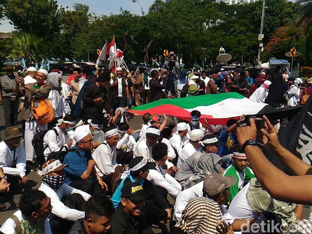 Foto: Bendera Palestina Dibentangkan di Aksi Demo depan Kedubes AS