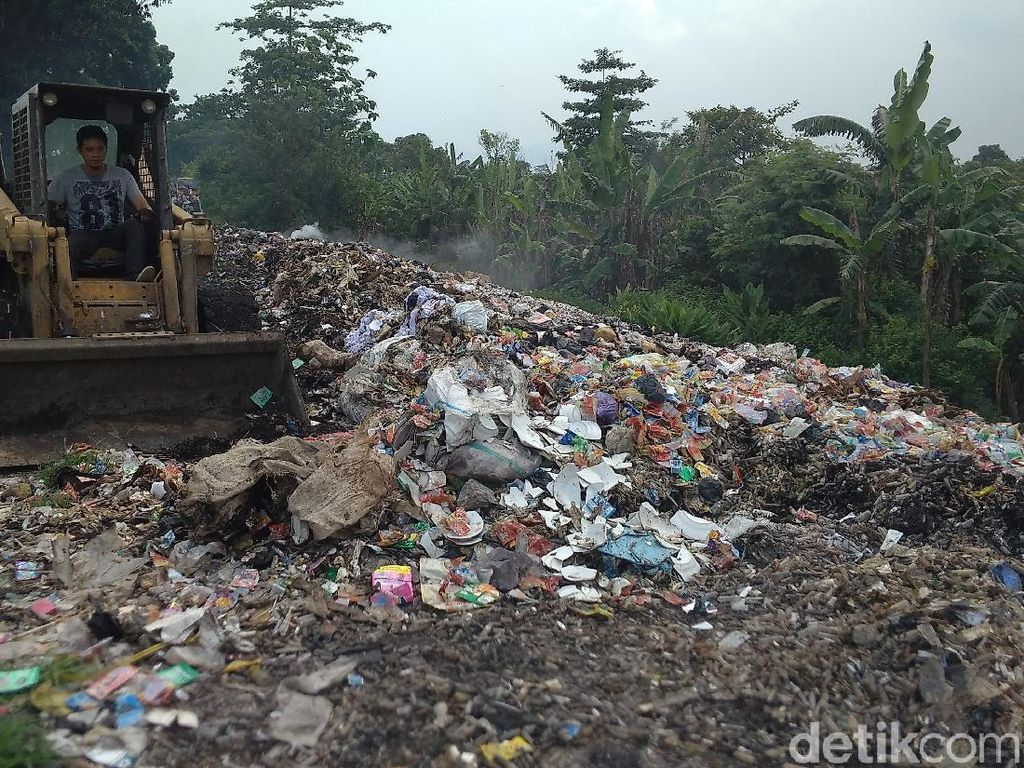 Pemkab Cirebon Angkut Tumpukan Limbah Alat Medis