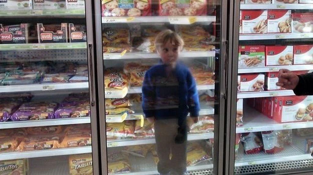 Foto: Kocak, Tingkah Anak-anak yang Bosan Saat Diajak Orangtua Berbelanja