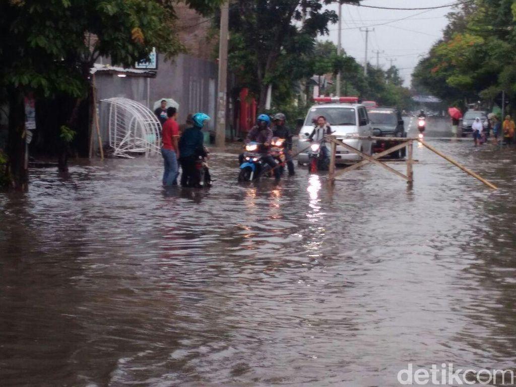 Warga Garut Blokir Sejumlah Jalan Terendam Banjir