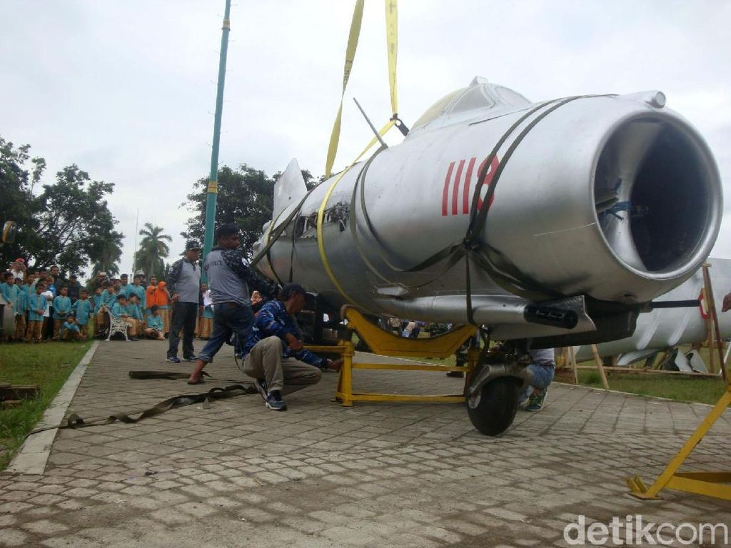 Pesawat MIG 17 Dipajang di Alun-alun Banyumas