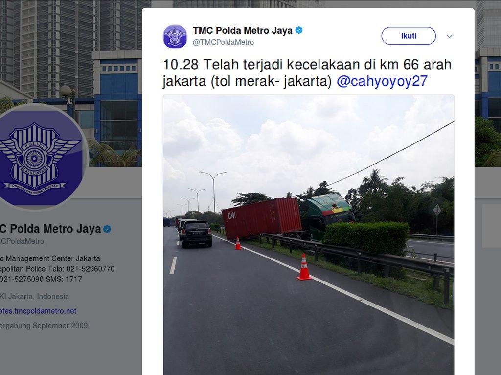 Truk Kontainer Tabrak Pembatas Jalan Tol Merak KM 66, Lalin Padat