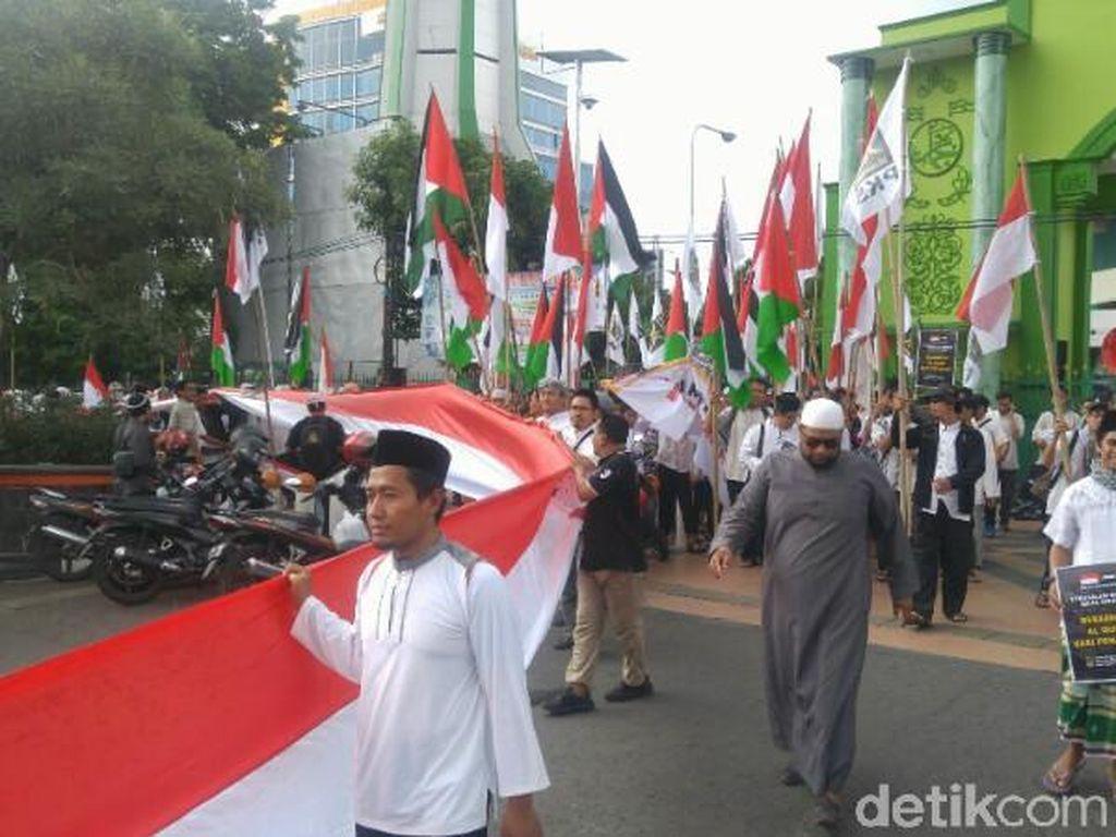 Kecam Trump, Massa Bentangkan Bendera Merah Putih 1,5 Km di Semarang