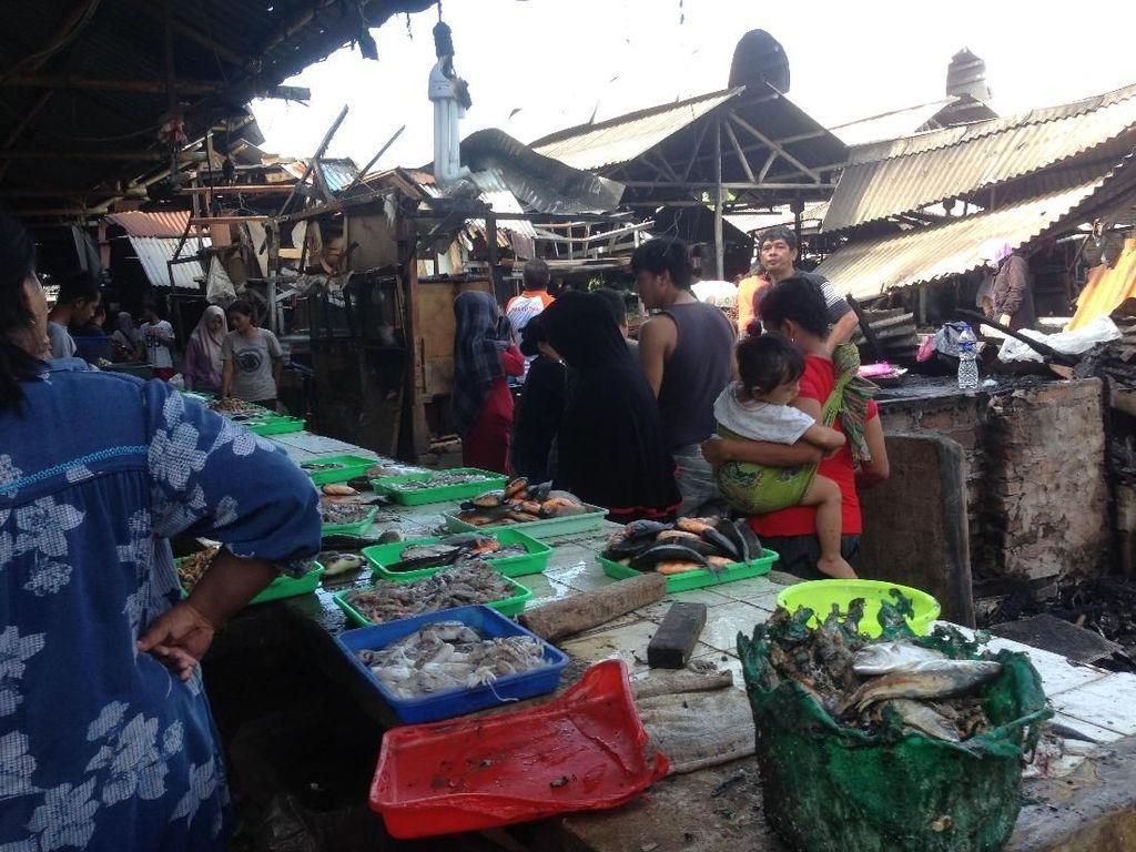Melihat Aktivitas Warga di Pasar Gembrong Lama yang Hangus Terbakar