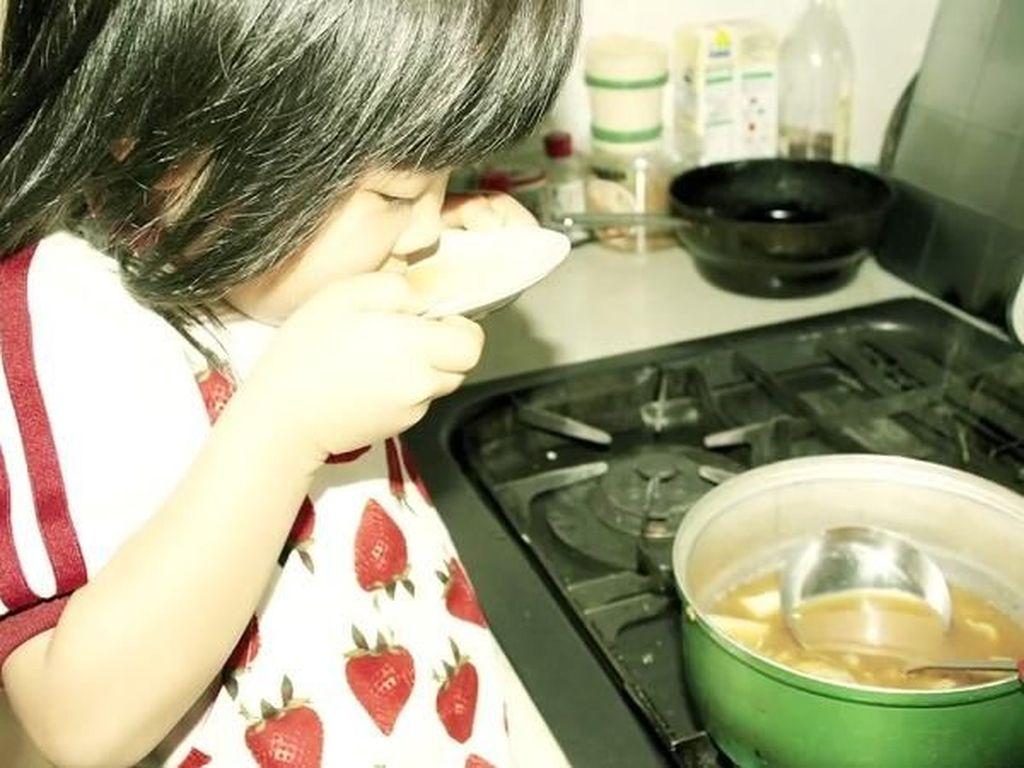 Ada Kisah Haru di Balik Gadis Kecil 4 Tahun yang Jago Masak dan Cuci Piring