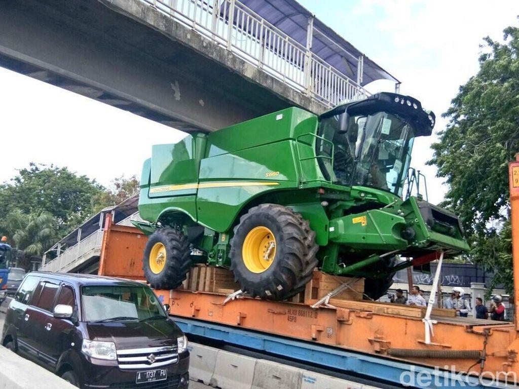 Truk Muatan Traktor Nyangkut di JPO Jl Yos Sudarso, Lalin Macet