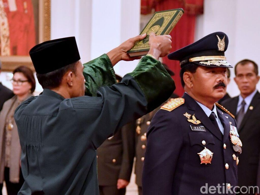 Saat Jokowi Tepuk Pundak dan Bimbing Sumpah Panglima Hadi Tjahjanto