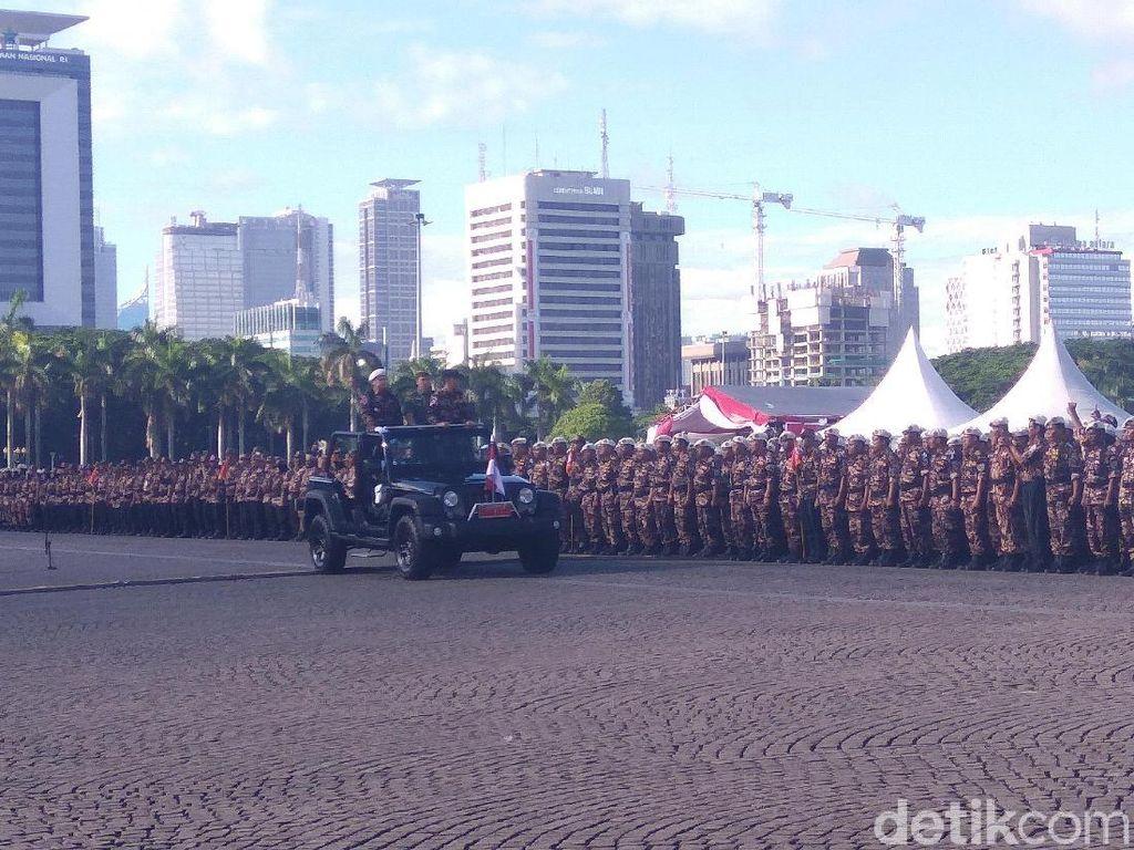 Jadi Inspektur, Jokowi Cek Barisan Upacara FKPPI di Monas